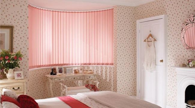 Розовые-тканевые-жалюзи-в-интерьере-детской-комнаты-девочки